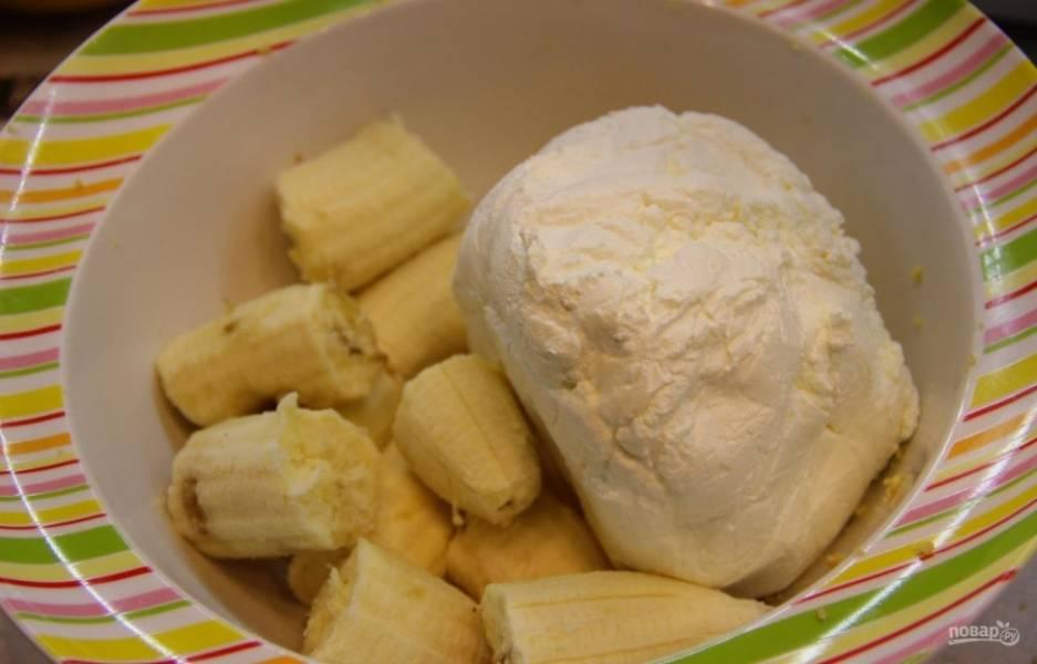 6.В миску выкладываю творог, туда же отправляю порезанные на кусочки спелые бананы.