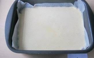 3. Форму застелаем пергаментной бумагой, после чего выливаем  полученную яичную массу и ставим противень в разогретую до 180 градусов духовку. Запекаем около 25 минут, после чего достаем и даем немного остыть.