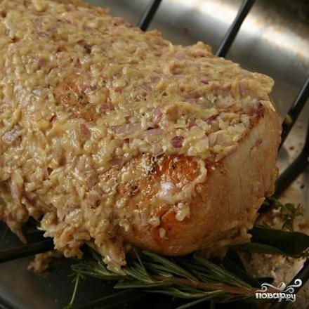 3. Посыпать свинину оставшимися травами и полить оставшейся 1 чайной ложкой масла. Продолжать выпекать от 5 до 15 минут, пока мясной термометр не будет регистрировать температуру 60-63 градуса. Выложить свинину на разделочную доску и дать остыть от 15 до 25 минут. В это время сделать соус. Нагреть кастрюлю, где жарилась свинина, на среднем огне. Добавить вермут и горчицу, довести до кипения, помешивая и счищая оставшийся жир, пока жидкость не уменьшится вдвое. Добавить куриный бульон и тушить 3 минуты. Процедить смесь через мелкое сито. Если у вас получится больше, чем 1½ чашки, кипятить смесь до уменьшения; если меньше - добавить воды.