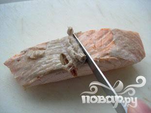 Оставить только чистое мясо. Для удаления бурого жира на спине использовать нож. Убрать кожу, жир и кости.