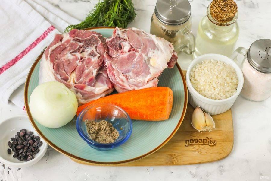 Подготовьте указанные ингредиенты. Мясо промойте в воде, срежьте жилы и пленки.
