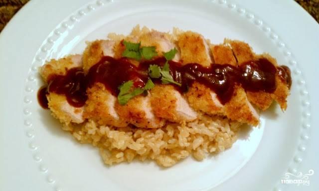 4. Рис (у меня был заранее отваренный) смешаем с небольшим количеством соуса, выкладываем на тарелку. Сверху - порезанное кусочками мясо, поливаем оставшимся соусом. Приятного аппетита!