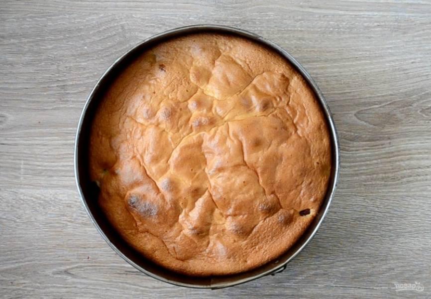 Готовность пирога проверяйте деревянной шпажкой или спичкой. Просто воткните спичку в пирог примерно посредине. Если спичка останется сухой, значит пирог готов.