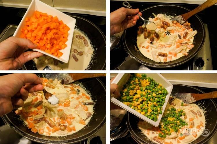 2. Лук и морковку тоже измельчим и обжарим. Добавим к курице. Туда же — все остальные ингредиенты. По очереди вводим измельченные сосиски, перепелиные отваренные и нарезанные яйца, сливки, кукурузу и горох.
