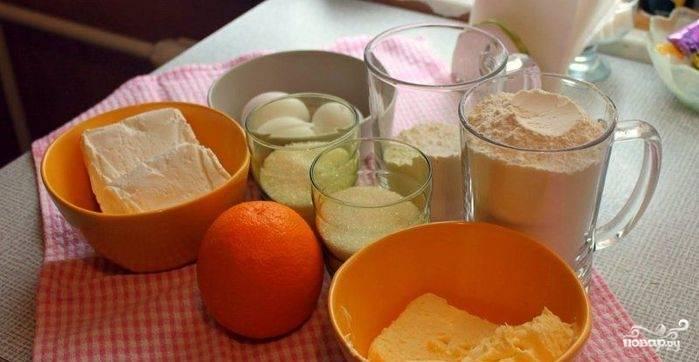1. Для начала нужно приготовить тесто: растираем муку, сахар и сливочное масло до состояния крошки.