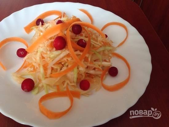Заправим растительным маслом, перемешаем. Выкладываем салат на тарелки и украшаем. У меня — клюква и стружка из моркови. Приятного аппетита!