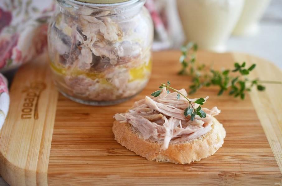 Слегка разбавьте бульоном, в котором тушилось мясо. Выложите в баночки и залейте растопленным сливочным маслом.  Хранить в холодильник до трех недель.