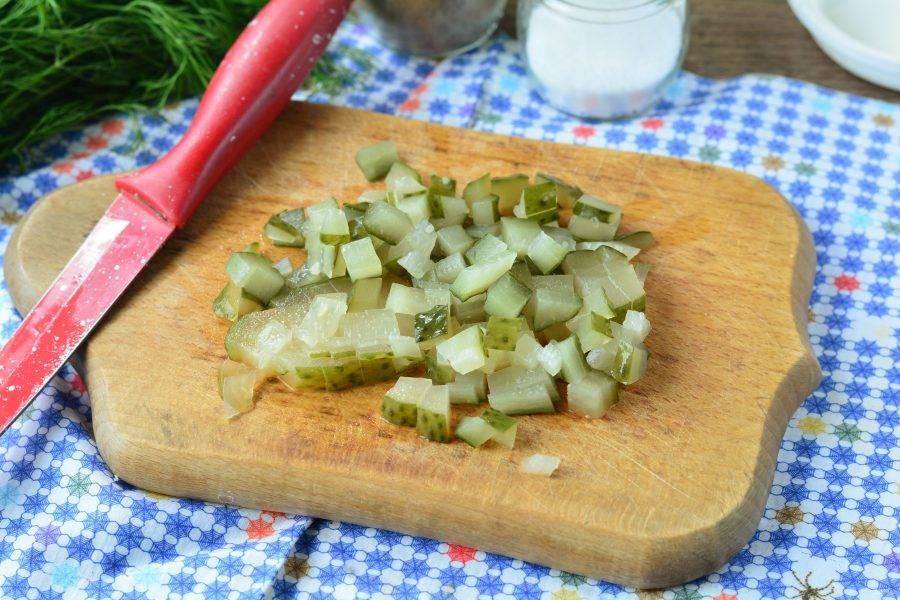 Нарежьте таким же образом соленые огурцы.