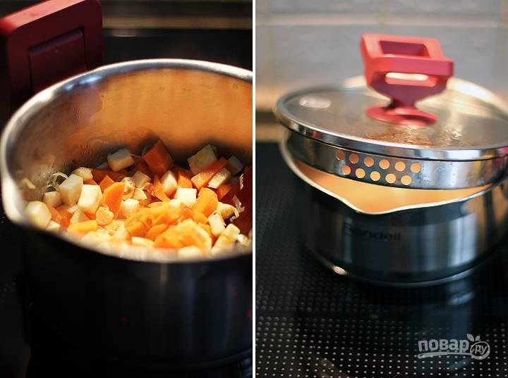 Теперь берем толстостенную кастрюлю, разогреваем в ней чайную ложвку масла и обжариваем на нем порезанный мелко лук-порей. Затем наливаем 300 мл бульона или воды, кипятим. Закладываем туда овощи: порезанную дольками морковь и сельдерей. Варим около 15 минут, затем добавляем туда чечевицу и аджику, солим и перчим по вкусу.