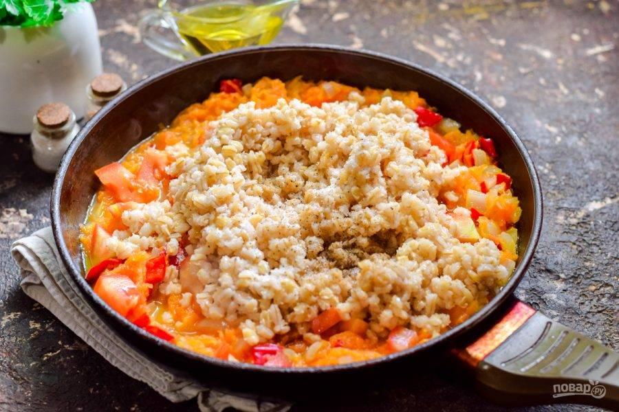 Добавьте перловку к овощам, всыпьте соль, сахар, по желанию немного перца, тушите 25 минут.