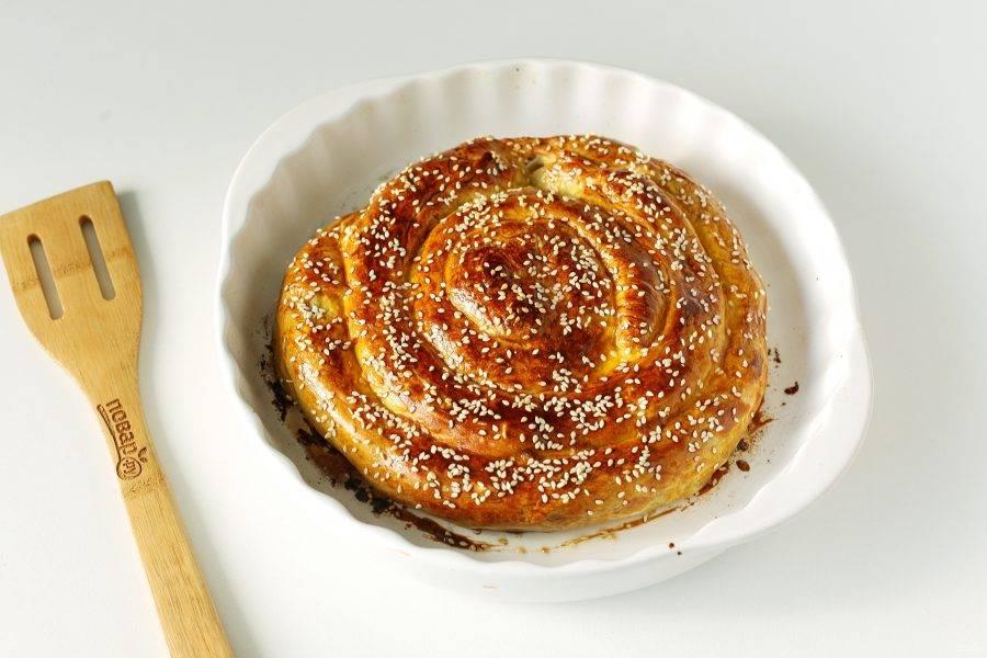 Слоеный пирог с мясом и грибами готов.
