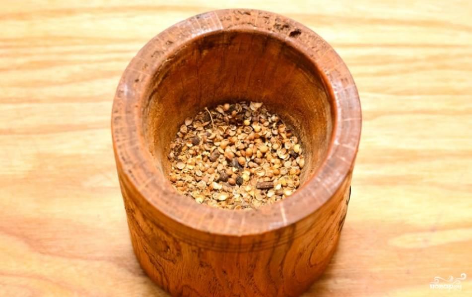 Измельчаем оставшийся перец и семена кориандра.