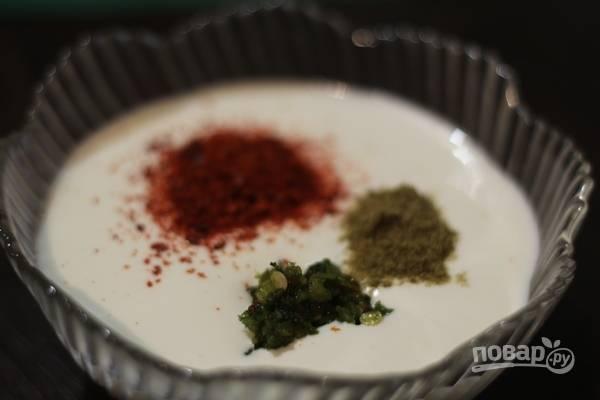 3. Теперь нужно специи смешать со сметаной и дать постоять, пока будем готовить овощи.