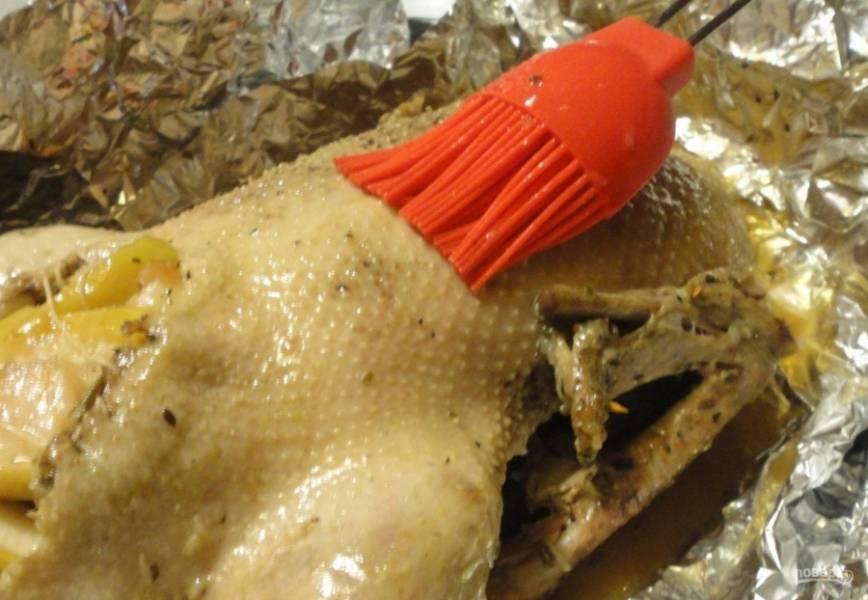 15.Достаю готового гуся, сливаю часть жира, смазываю птицу приготовленным только что маринадом с медом и отправляю её в духовку еще на 40 минут, периодически смазываю маринадом.