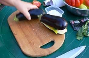3. Закрываем баклажан и заворачиваем все овощи в фольгу.