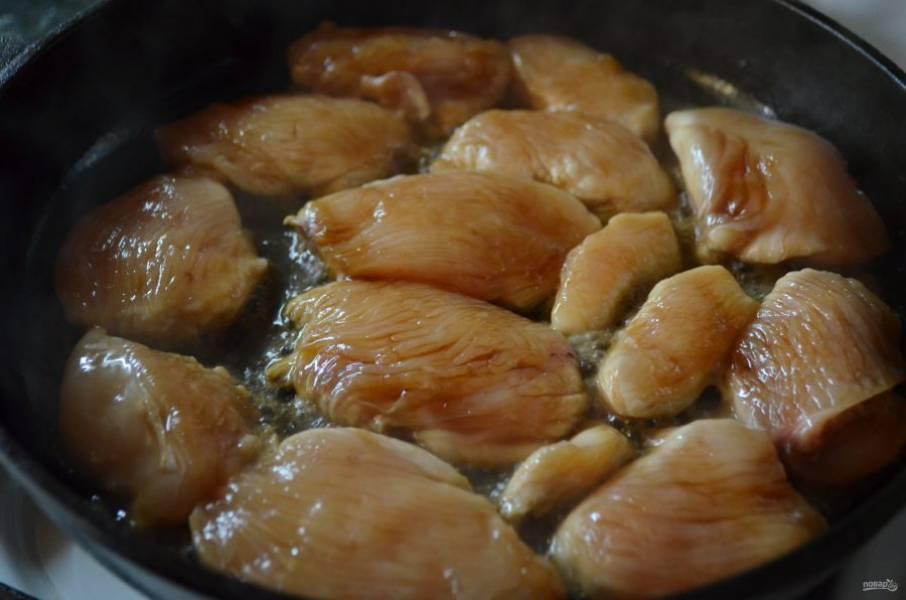 Разогрейте растительное масло на сковороде и обжарьте мясо со всех сторон до готовности.