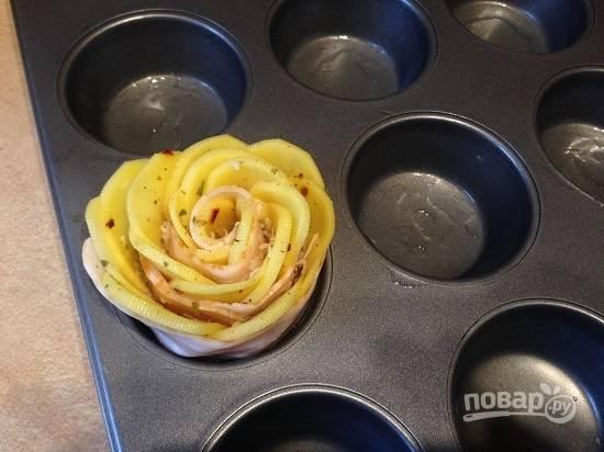 7. Запекать розы очень удобно в формах для кексов. Смазываем форму растительным маслом и вставляем розочку.