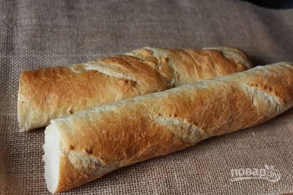 3.Возьмите половинку французского багета, срежьте корочку и нарежьте его крупно. Залейте хлеб молоком и оставьте на время.
