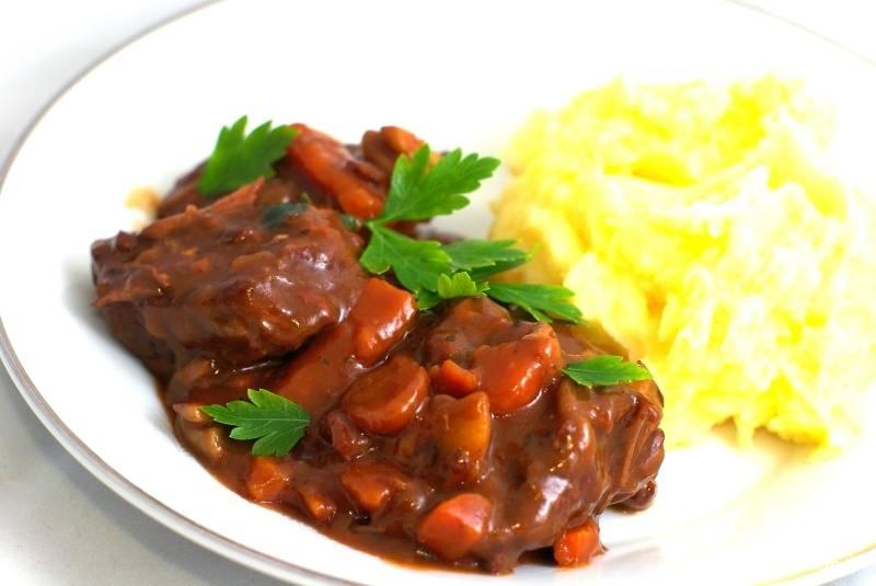 Мясо по-бургунски подаем с гарниром. Лучше всего подходит картофельное пюре. Не забудьте про хорошее красное сухое вино. Приятного аппетита :)