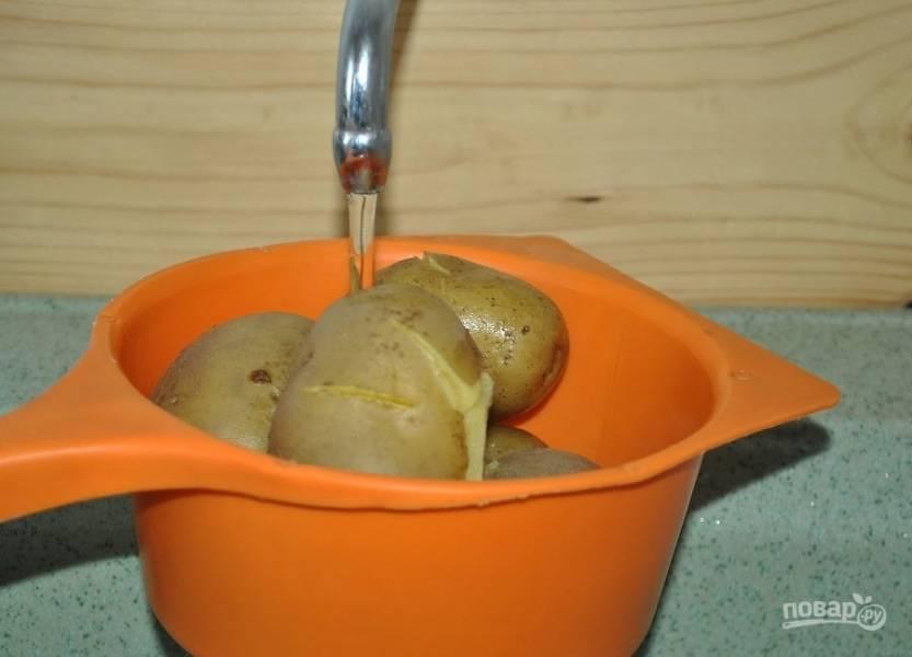 2. Остудите под холодной водой и очистите.