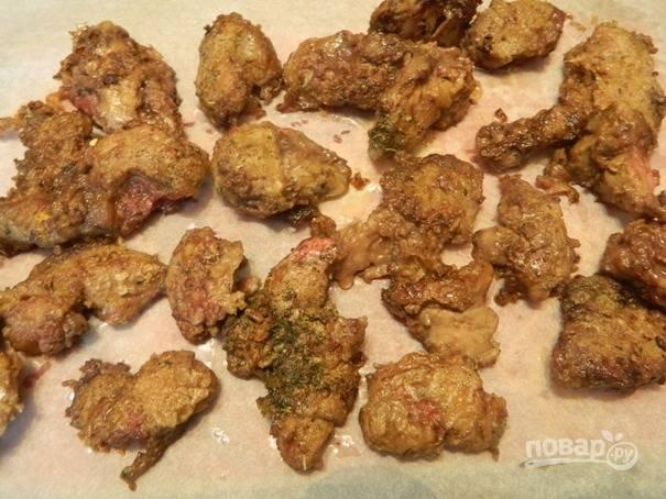 Обжаренную печень выкладываем на пергамент или кухонные салфетки, чтобы остыла. Остывшую печень затем можно нарезать на более мелкие кусочки, но не обязательно.