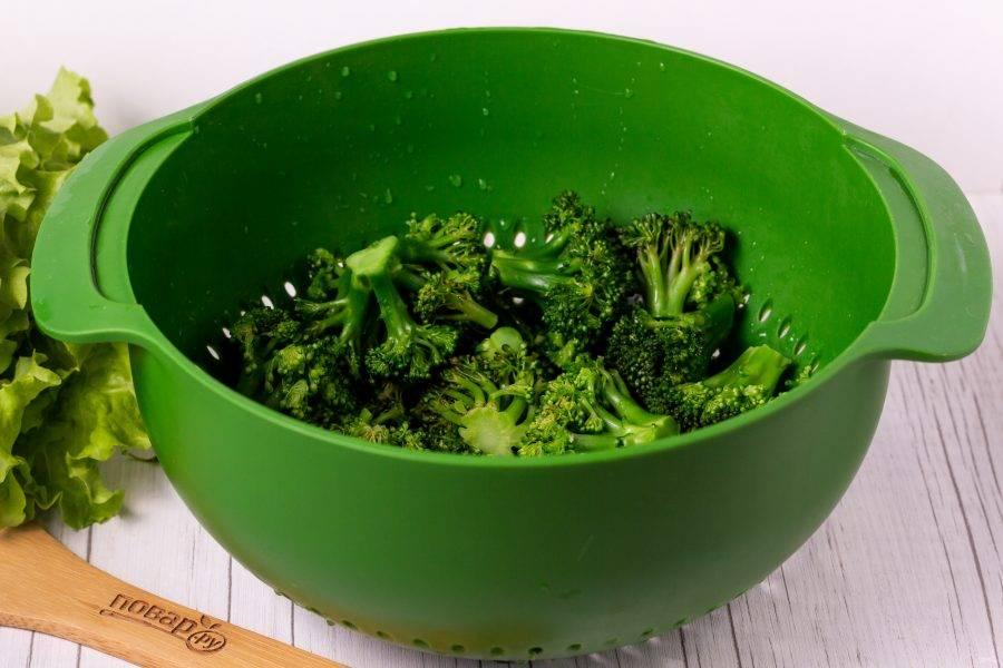 Брокколи разделите на соцветия и опустите в кипящую подсоленную воду. Варите 3 минуты после закипания. Затем откиньте на дуршлаг.