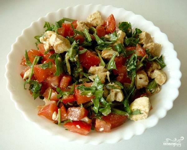 Салат куриный с помидорами