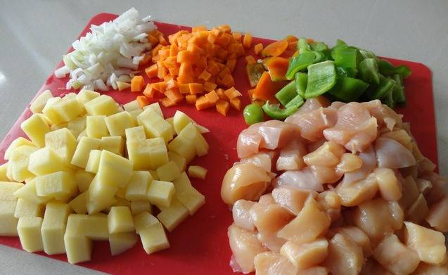 Режем курицу кусочками, овощи - кубиками. Лук и чеснок измельчаем.