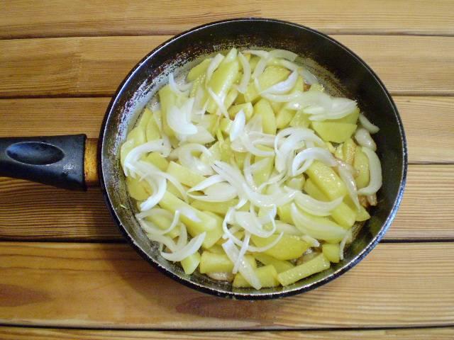 7. Добавляем к почти готовому картофелю лук. Накрываем крышкой и томим на медленном огне до готовности лука.