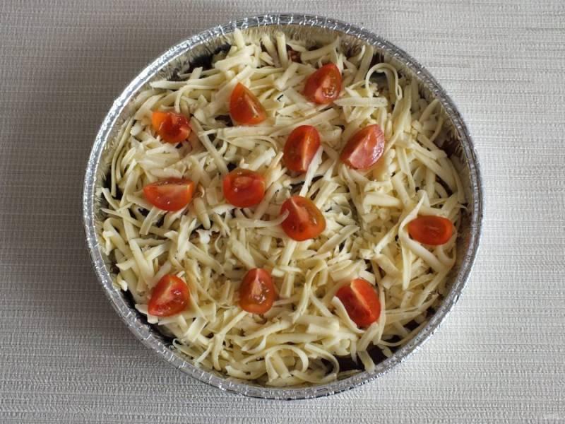 Разложите по вкусу разрезанные черри и поставьте запеканку в духовку на 15-20 минут.