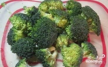 Брокколи разделите на соцветия. Разогрейте воду в кастрюле, забросьте туда овощ. Поварите его 5 минут, а затем доставайте. Воду оставьте для макарон.