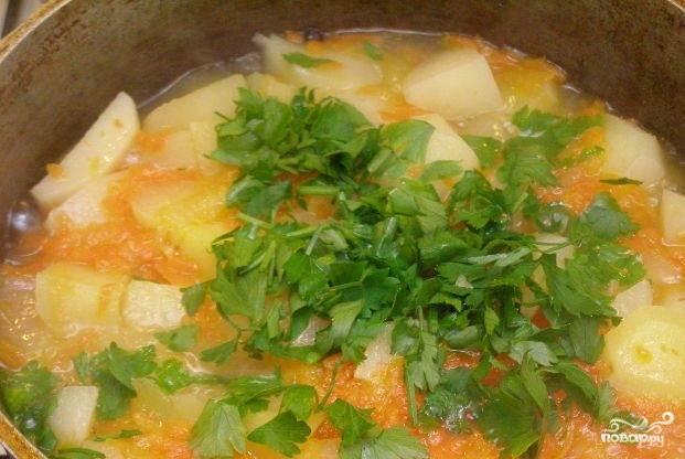 4. Тушим картофель с овощами до готовности, в конце добавляем зелень (я советую петрушку).