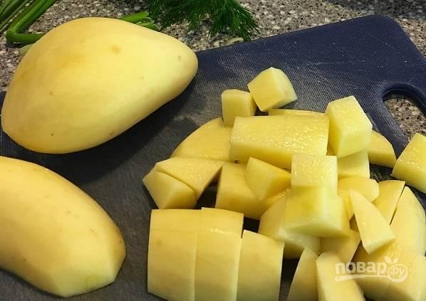 2. Пока варится бульон, очистите и нарежьте кубиками картофель.