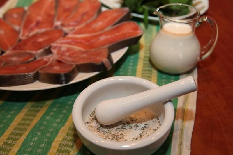 В ступку насыпаем соль, добавляем коричневый сахар и тимьян, перетираем все. Количество сахара и соли можете корректировать в зависимости от своих предпочтений.