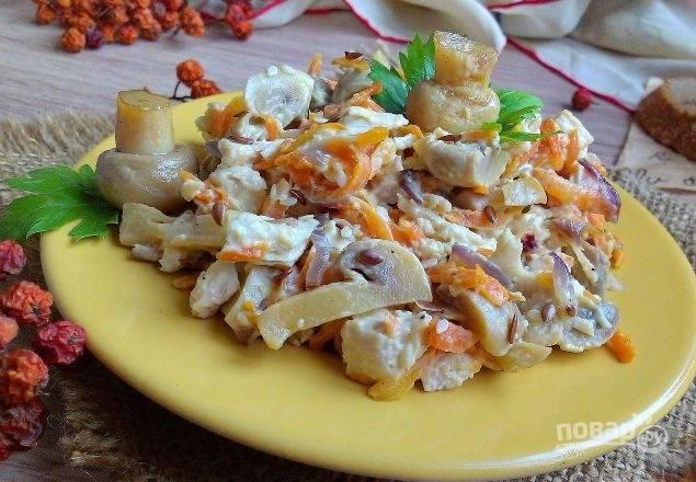 Смешайте все ингредиенты. Заправьте салат майонезом, солью и перцем. Украсьте его зеленью и подавайте.