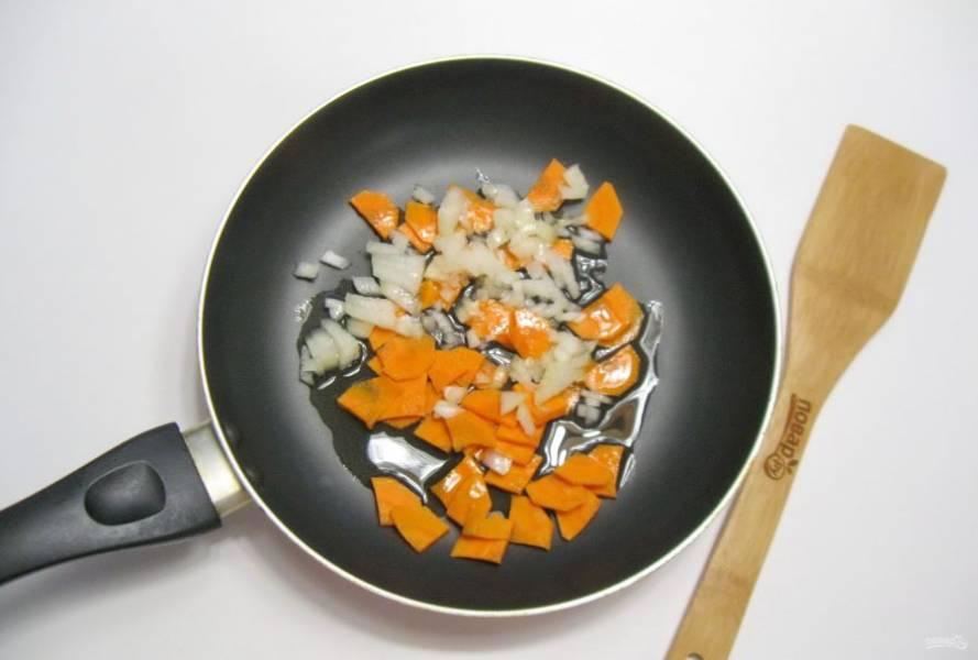 Лук и морковь очистите, помойте и нарежьте. Выложите в сковороду, налейте масло.