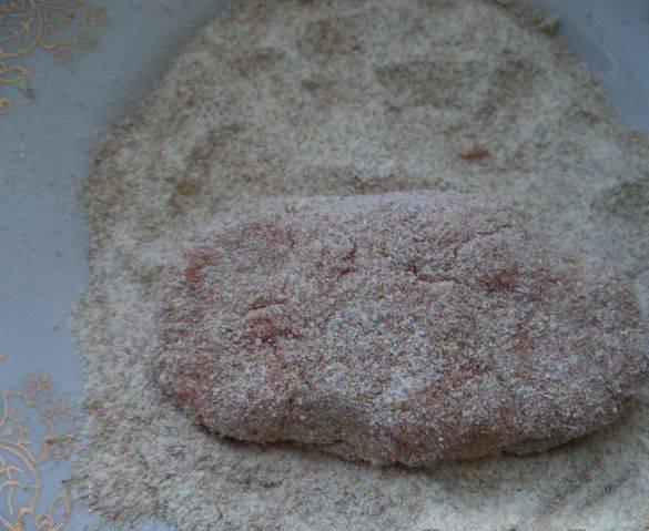 4. Формируем котлеты, обваливаем их в панировочных сухарях и отправляем на сковороду жариться.