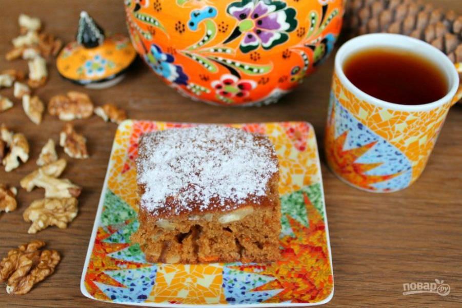 Морковный пирог с медом готов. Посыпаем его сахарной пудрой и подаем к столу. Приятного чаепития!