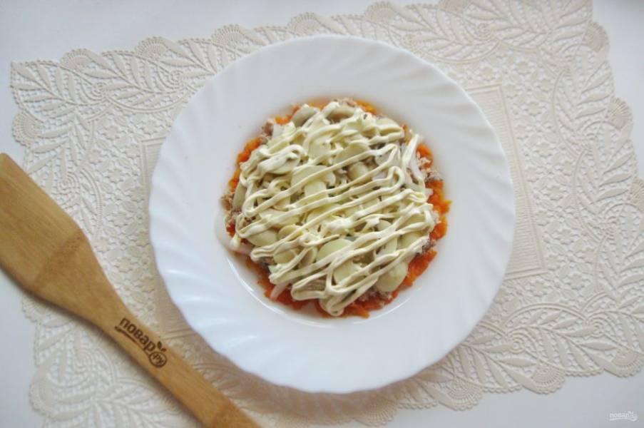 Маринованные грибы нарежьте. У меня были шампиньоны. Выложите следующим слоем салата. Смажьте майонезом.