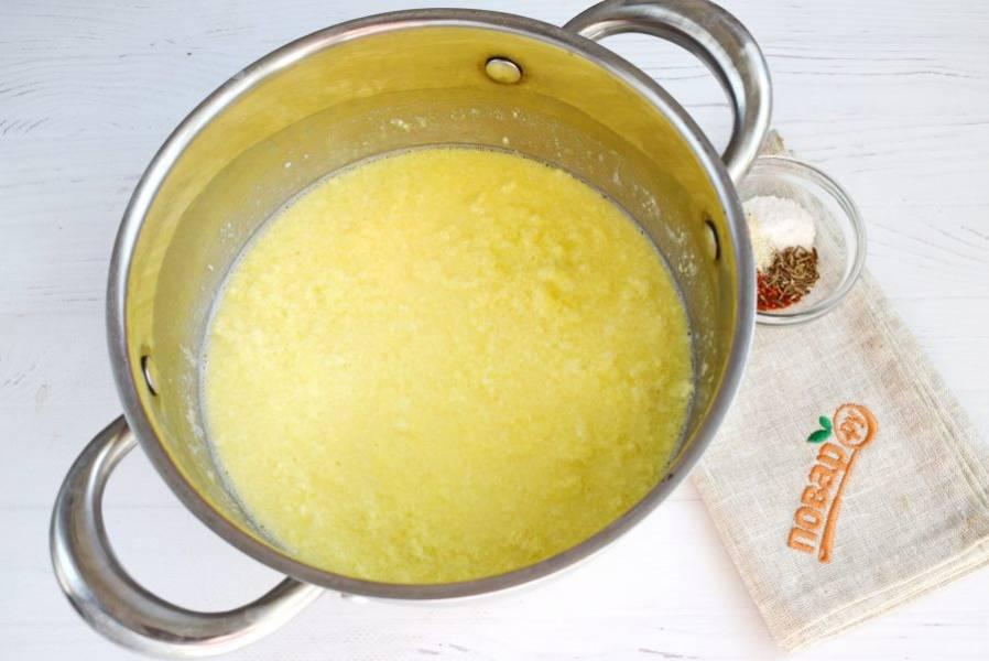 Взбитые яйца влейте в кисломолочную смесь, помешивая ложкой. Варите на медленном огне в течение 10 минут, до отделения сыворотки.