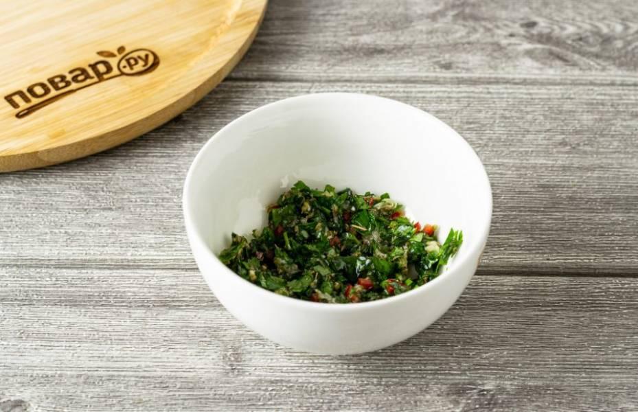 Мелко порубите базилик и петрушку. Добавьте измельченный чеснок, острый перец и сушеный орегано. Влейте немного растительного масла и добавьте соль по вкусу. Смешайте получившуюся начинку с остывшими баклажанами.