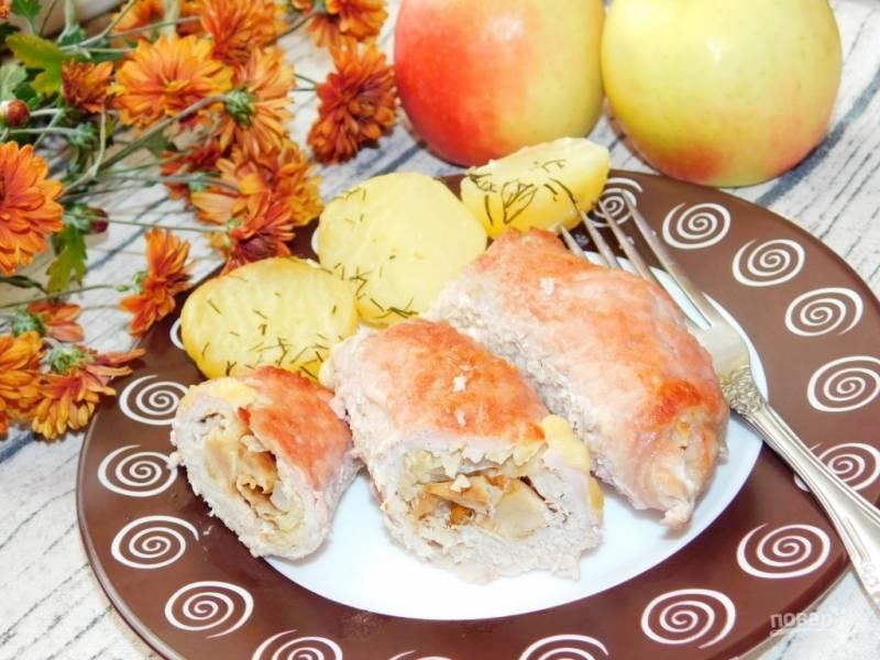 Свиные рулеты с яблоками и грибами