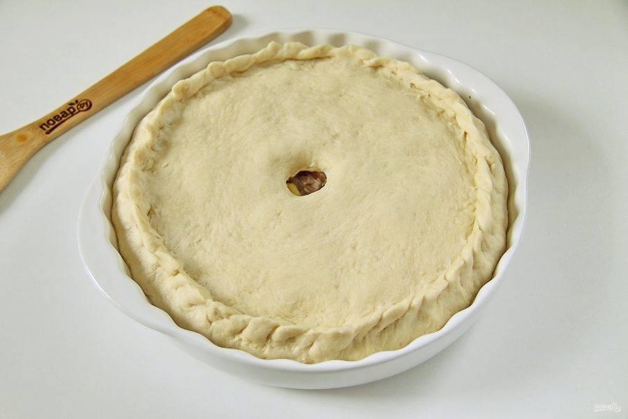 Поднимая края аккуратно защипните пирог любым удобным способом. В середине пирога сделайте ножом отверстие, которое должно быть не меньше 1,5 см в диаметре, иначе оно затянется. Поставьте хуплу в теплое место на 20-30 минут расстаиваться. Нагрейте духовку до 150 градусов, поставьте пирог и выпекайте его около часа.