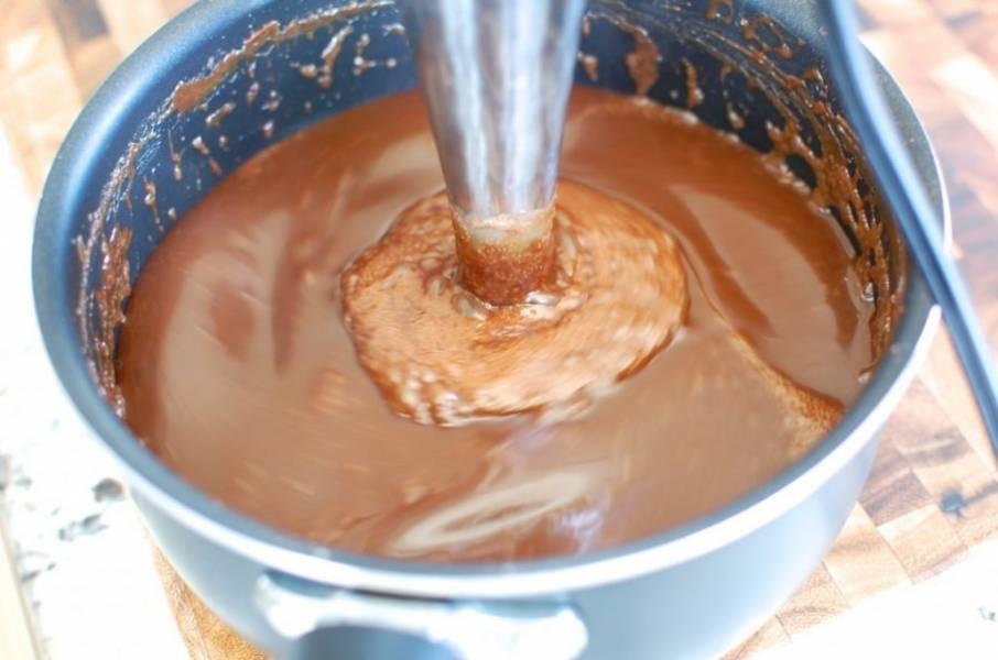 7.Уберите кастрюлю с огня и добавьте ванильный экстракт, еще раз все перемешайте блендером.
