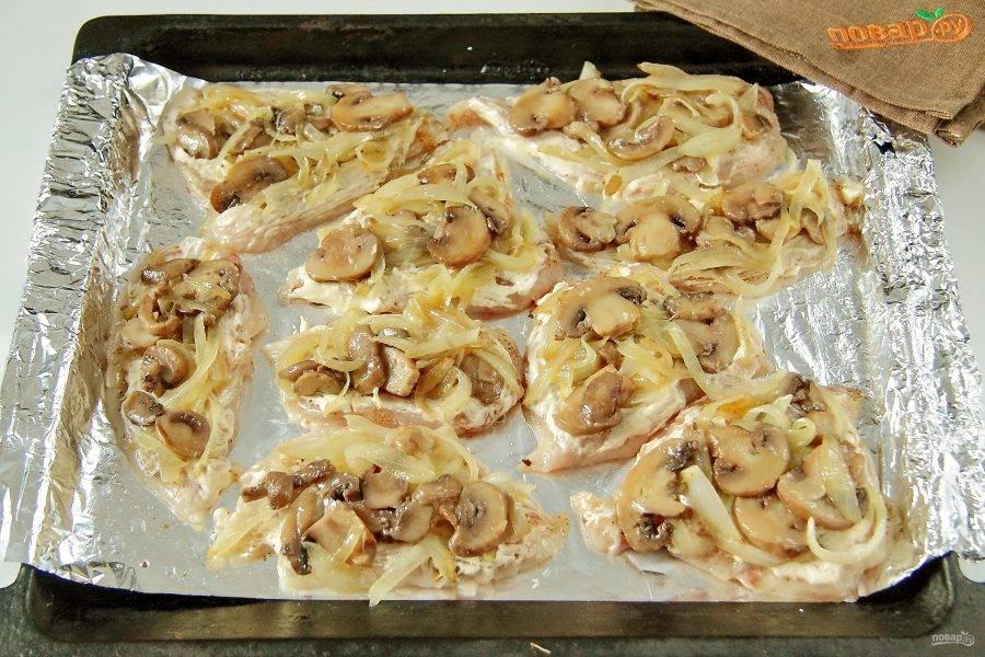 Смажьте филе сметаной или майонезом и разложите сверху обжаренные грибы с луком.