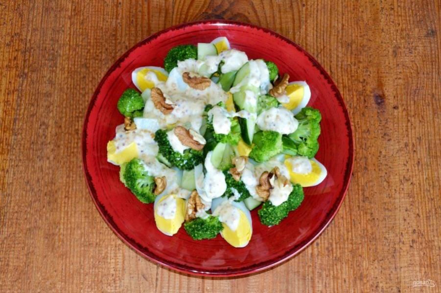 Выложите заправку на салат. Присыпьте зеленью и орешками по желанию. Приятного аппетита!