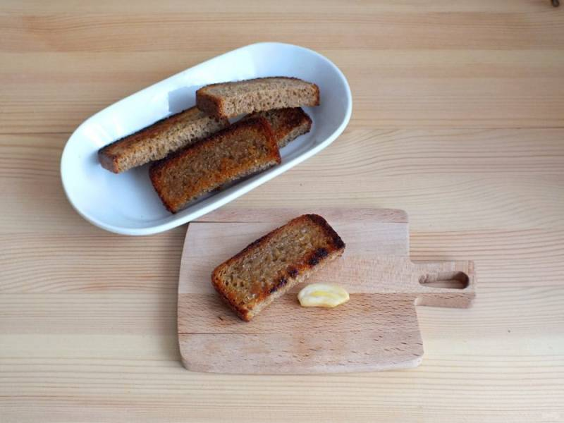 К супу очень хорошо подходят гренки из ржаного хлеба. Ржаной хлеб слегка обжарьте на растительном масле и натрите чесноком.