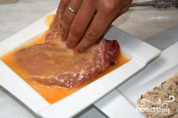 4.Затем обмакиваем в яйце мясо.