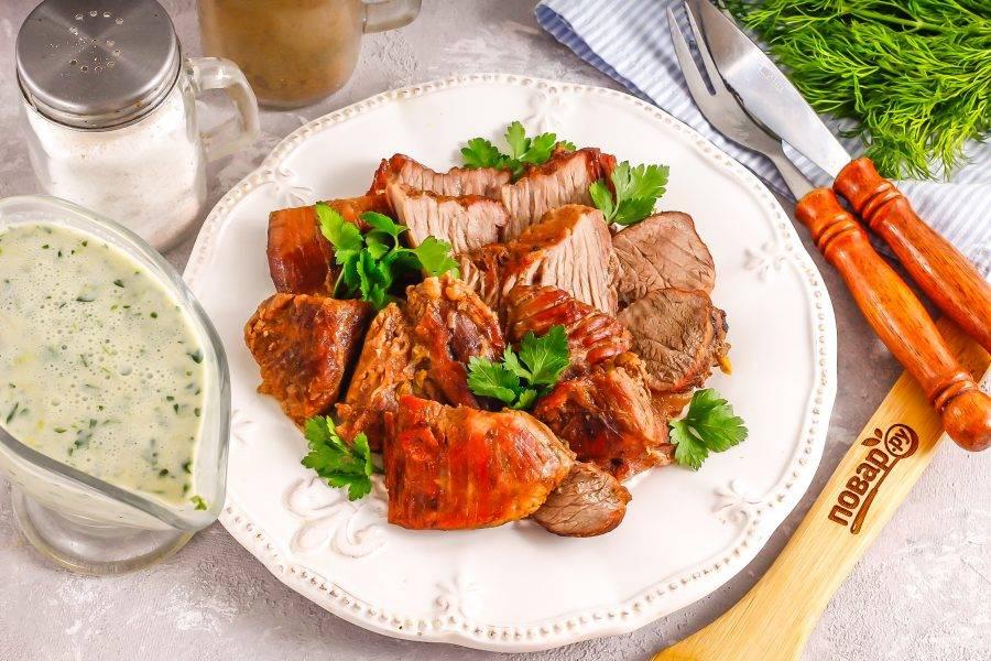 Нарежьте горячее мясо на части или ломтики и подайте к столу теплым, можно добавить гарнир из каши или овощей.