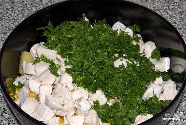 9. Затем — курочку и измельченную свежую зелень.